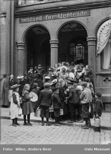 Queue devant Christiania Dampkjøkken, 1903